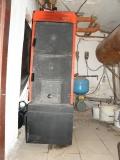 Kotel IMMERGAS - s násypkou ve stěně do další místnosti