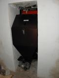 Kotel IMMERGAS - násypka přes zdivo ve vedlejší místnosti